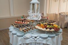 Candybar in un ristorante Sciocco bianco decorato della tavola di pasticceria dolce Fotografia Stock Libera da Diritti