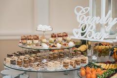 Candybar in un ristorante Sciocco bianco decorato della tavola di pasticceria dolce Immagine Stock Libera da Diritti
