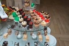 Candybar in un ristorante Sciocco bianco decorato della tavola di pasticceria dolce Fotografia Stock