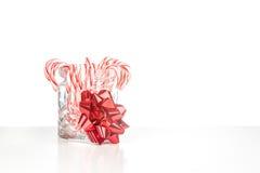 CandyCanes в стеклянном опарнике с красным смычком Стоковые Изображения RF