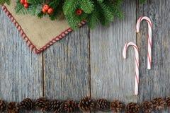Candycanes на деревенской деревянной предпосылке для рождества Стоковое Изображение