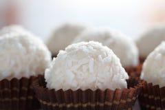 Candys brancos do coco na bandeja decorativa Fotografia de Stock