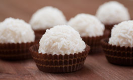 Candys brancos do coco na bandeja decorativa Fotos de Stock Royalty Free