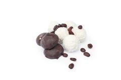Candys e grões do café Fotografia de Stock Royalty Free