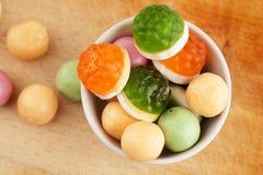 Candys i den vita maträtten Arkivbilder