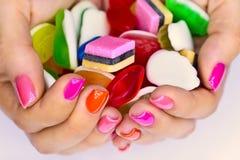 Candys i händer Royaltyfri Bild
