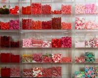 Candys och olika färger för sötsaker i supermarket Arkivbild