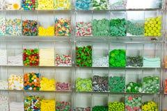 Candys och olika färger för sötsaker i supermarket arkivfoto