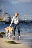 Cane ambulante della donna. immagine stock libera da diritti