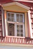 Cane che osserva fuori la finestra Fotografie Stock