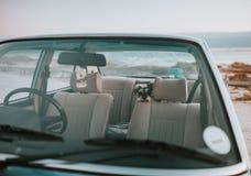 Cane che si siede nel sedile posteriore di vecchia automobile alla moda immagini stock