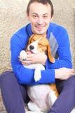 Cane del cane da lepre con il suo proprietario felice immagine stock libera da diritti