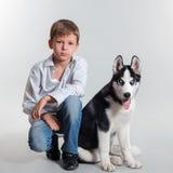Cane del husky e del ragazzo Fotografia Stock Libera da Diritti