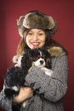 Cane della holding della donna. Fotografia Stock