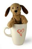 Cane della peluche in tazza Fotografie Stock Libere da Diritti