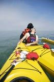 Cane di acqua portoghese sul kajak giallo Immagine Stock Libera da Diritti