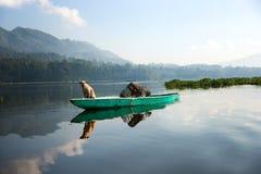 Cane dorato giallo che si siede su una barca che scende il fiume Fotografie Stock Libere da Diritti