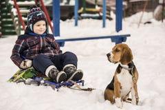 Cane e bambino nella neve Fotografia Stock