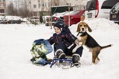 Cane e bambino nella neve Immagini Stock Libere da Diritti