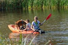 Cane ed istruttore in una canoa Immagini Stock Libere da Diritti