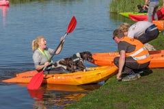 Cane ed istruttore in una canoa Immagini Stock