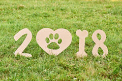 Cane felice adorabile del fox terrier al parco un greetin di 2018 nuovi anni Immagine Stock