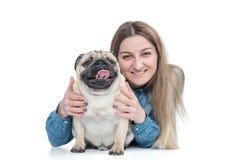 Cane felice del carlino degli abbracci e degli abbracci della ragazza, isolato su fondo bianco fotografie stock libere da diritti