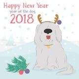 Cane irsuto con una renna decorativa e le palle di Natale Fotografia Stock Libera da Diritti