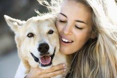 Cane petting della donna. Fotografia Stock