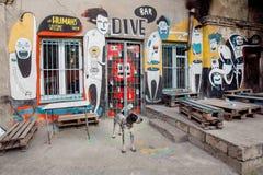 Cane solo vicino all'a porta chiusa della barra di arte popolare di Tbilisi Fotografie Stock Libere da Diritti