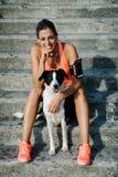 Cane sveglio e donna sportiva Immagine Stock Libera da Diritti