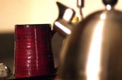 Caneca atrás de uma chaleira de chá imagens de stock royalty free