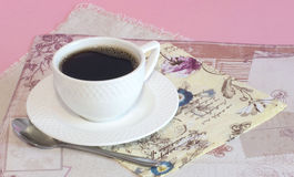 Caneca branca com café com guardanapo do vintage foto de stock