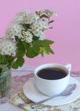 Caneca branca com chá e a flor perfumada fotos de stock