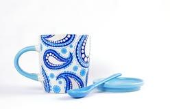 Caneca cerâmica branca e azul Fotografia de Stock Royalty Free