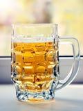 Caneca com cerveja na janela branca Vista vertical fotos de stock royalty free