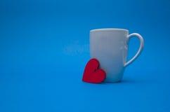 Caneca com coração vermelho Fotos de Stock
