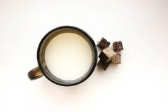 Caneca com leite e doce Foto de Stock