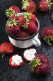 Caneca com morangos frescas fotos de stock royalty free