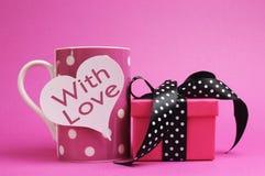 Caneca cor-de-rosa do às bolinhas, com forma do coração, com o presente do amor, da mensagem e do às bolinhas. Fotos de Stock Royalty Free