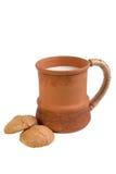 Caneca da argila com leite Fotografia de Stock