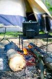 Caneca da caldeira do turista e caloroso sobre um fogo da madeira fotos de stock