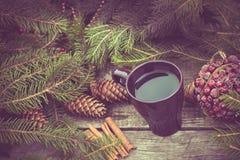 Caneca de bebida quente em uma tabela de madeira rústica Ainda a vida dos cones, guita, packthread, abeto ramifica Preparação par Imagem de Stock