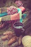 Caneca de bebida quente em uma tabela de madeira rústica Ainda a vida dos cones, guita, packthread, abeto ramifica Preparação par Imagem de Stock Royalty Free