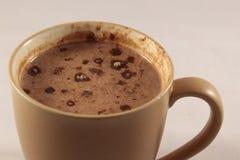 Caneca de Brown enchida com o cappuccino fotografia de stock