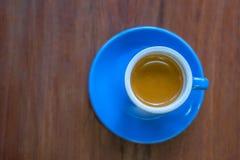 Caneca de café azul em pires de harmonização imagens de stock royalty free