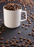 Caneca de café branco com grãos de café Imagem de Stock