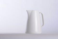 Caneca de café branco e fundo branco Imagens de Stock Royalty Free