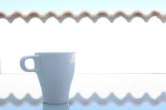 Caneca de café branco no amanhecer imagens de stock