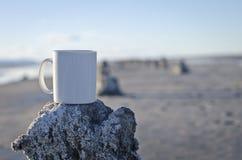 Caneca de café branco vazia em um cais velho Imagem de Stock Royalty Free